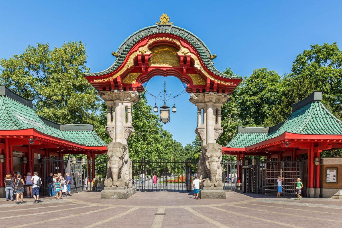 Der Zugang zum Berliner Zoo erfolgt durch das prächtige Elefantentor am Eingang Budapester Straße, Deutschland - © T.W. van Urk / Shutterstock