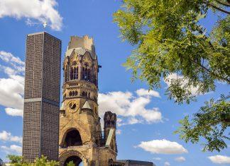 Die Kaiser Wilhelm Gedächtniskirche in Berlin Charlottenburg bildet mit ihrer Turmruine und zwei modernen Neubauten das wohl bekannteste Kriegsmahnmal der Stadt, Deutschland   - © robert paul van beets / Shutterstock