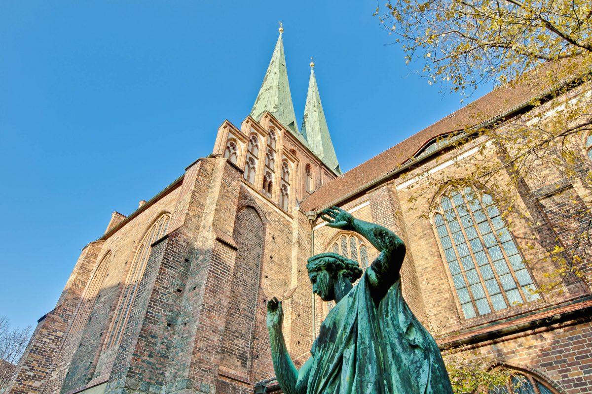 Die Nikolaikirche aus dem 13. Jahrhundert ist das älteste erhaltene Bauwerk Berlins, Deutschland - © Anibal Trejo / Shutterstock