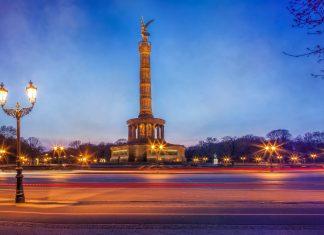 Die weltbekannte Siegessäule in Berlin wurde Ende des 19. Jahrhunderts im Auftrag von Kaiser Wilhelm I. errichtet, Deutschland - © Cara-Foto / Shutterstock