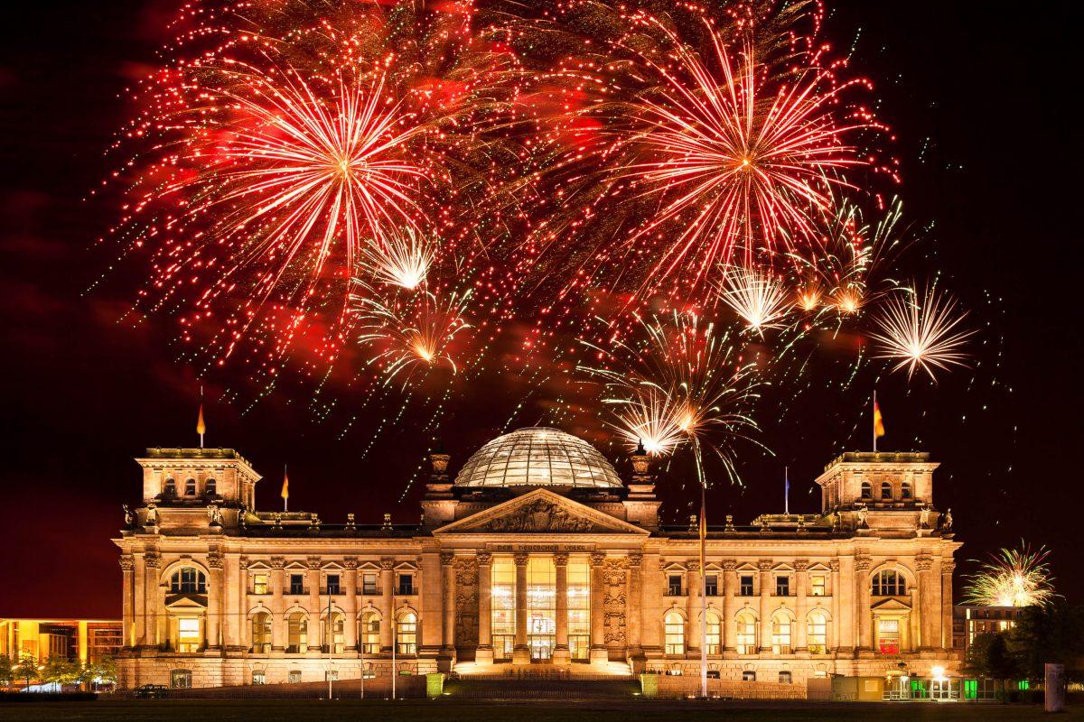 Fantastisches Silvester-Feuerwerk über dem Reichstag in Berlin, einem der politisch bedeutendsten Gebäude Deutschlands - © Carollux / Shutterstock