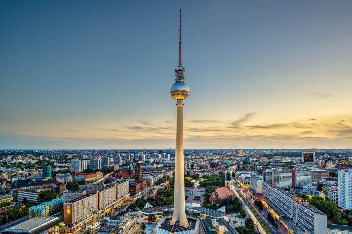 Mit 368 Metern Gesamthöhe ist der Berliner Fernsehturm das höchste Gebäude Deutschlands und eine der Hauptattraktionen in Berlin, Deutschland - © Sean Pavone / Shutterstock