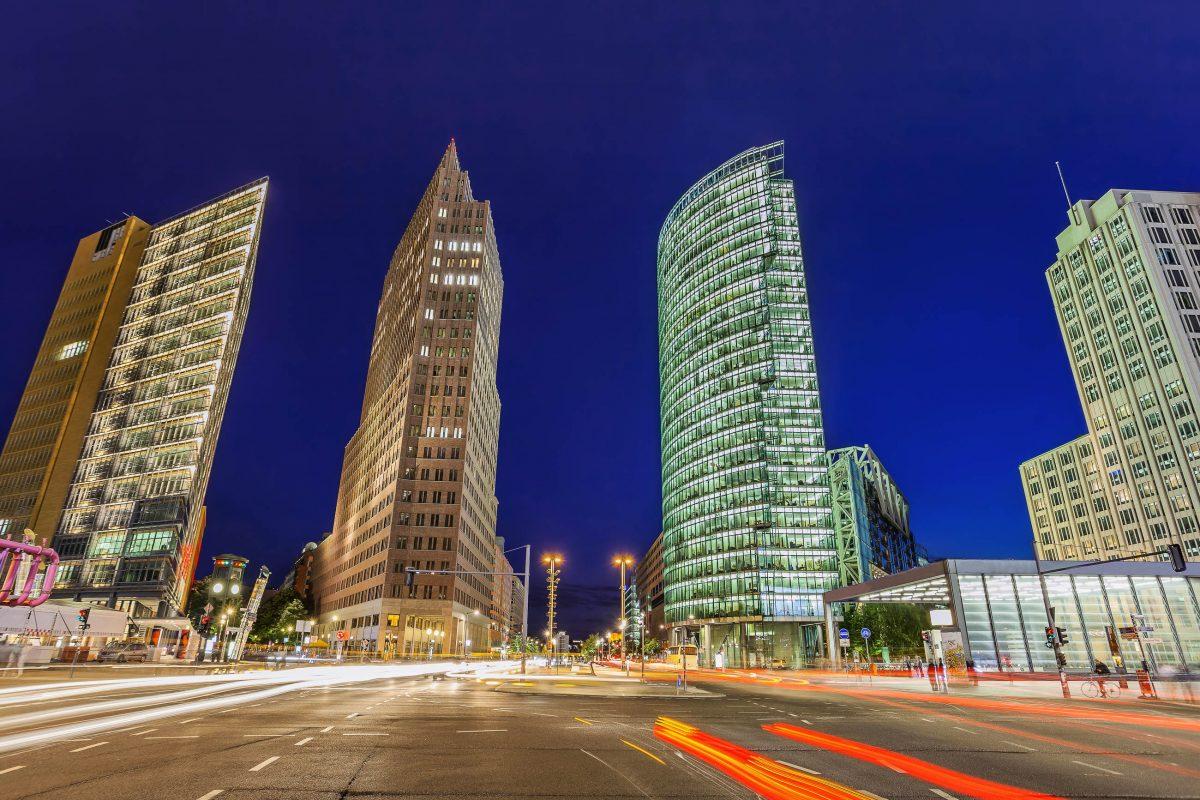 Mit Shopping, Gastronomie, Kultur und Entertainment gehört der geschichtsträchtige Potsdamer Platz zu den wichtigsten Sehenswürdigkeiten von Berlin, Deutschland - © Noppasin / Shutterstock