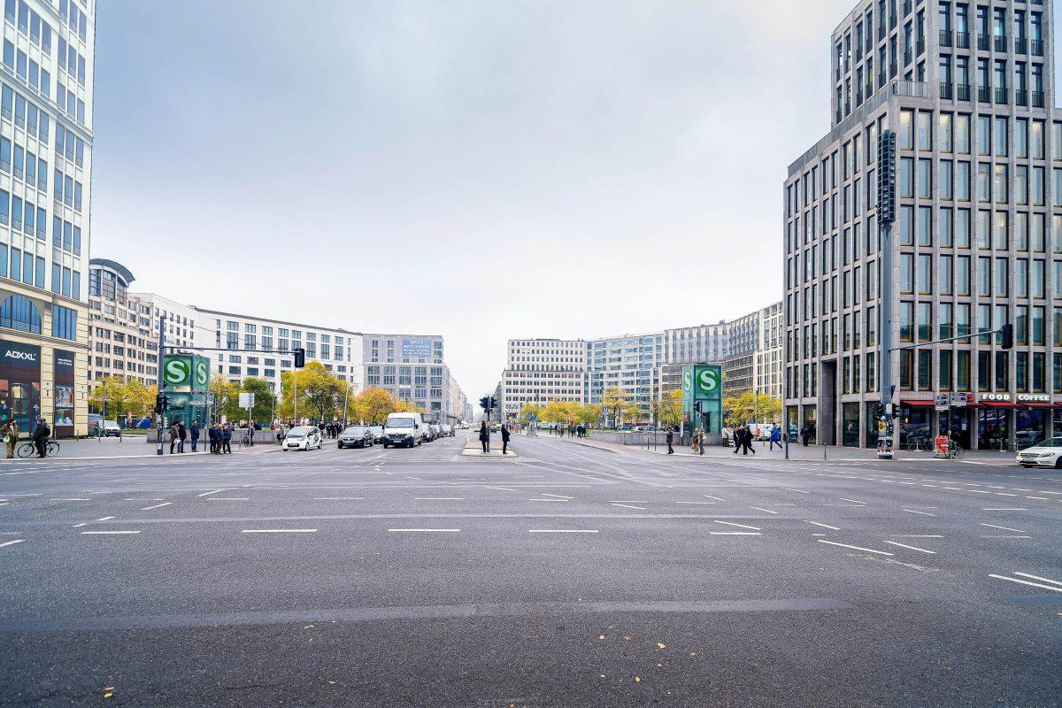 Nach dem Mauerfall 1989 erlebte der Potsdamer Platz in Berlin, Deutschland, seine Wiedergeburt und galt plötzlich als Symbol für Freiheit und Moderne - © SoWhat / Shutterstock