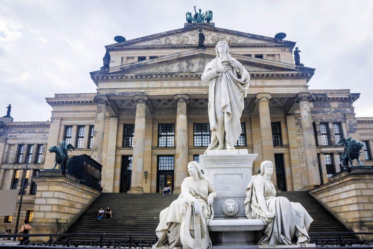 Seit 1988 thront auf dem Berliner Gendarmenmarkt vor dem Konzerthaus wieder die Statue von Friedrich Schiller, die 1935 von den Nazis entfernt wurde, Deutschland - © Anilah / Shutterstock