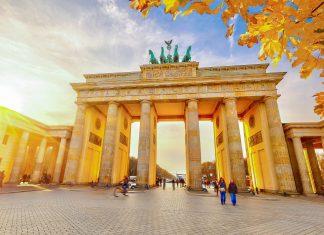 Seit dem Fall der Berliner Mauer gilt das Brandenburger Tor in Berlin als Symbol der Deutschen Einheit - © S.Borisov / Shutterstock