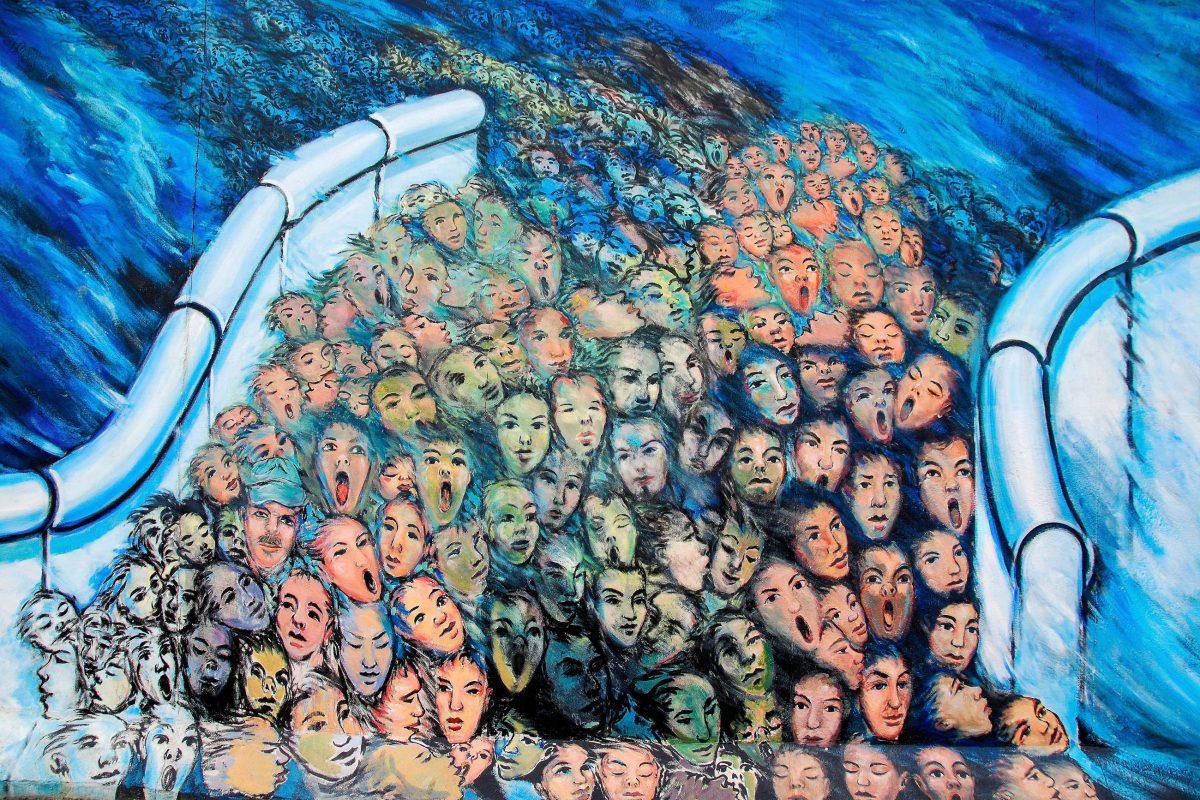 Thema der Kunstwerke an der East Side Gallery sind die politischen Veränderungen, die Berlin in den Jahren 1989 und 1990 zu schaffen machten, Deutschland - © meunierd / Shutterstock