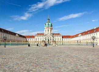 Umgeben von einem barocken Garten ist das wunderschöne Schloss Charlottenburg Berlins bedeutendste erhaltene Barockanlage, Deutschland - © fotobeam.de / Fotolia