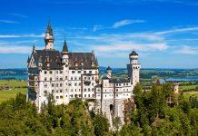Das märchenhafte Schloss Neuschwanstein bei Füssing in südlichen Bayern, Deutschland ist eines der meist besuchten Schlösser Europas - © Tiberiu Stan / Shutterstock