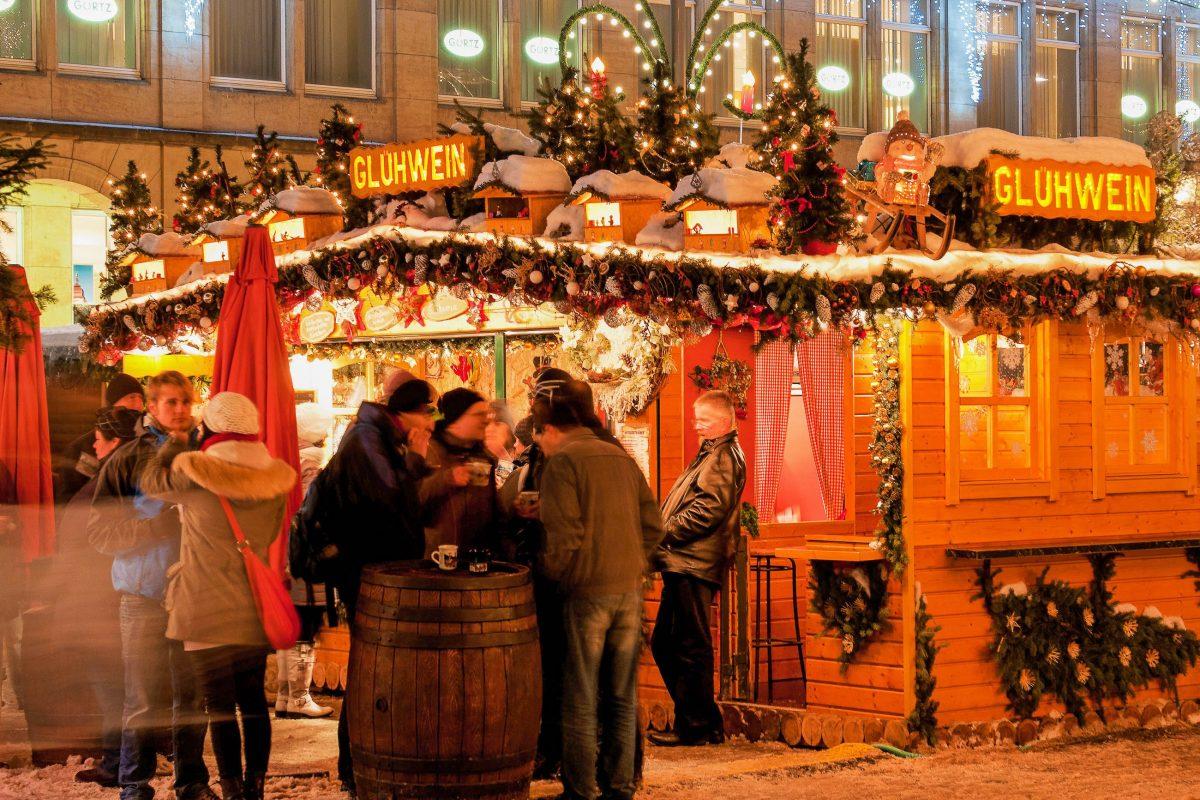 Die Glühweinhütten sind ein wichtiger Bestandtzeil auf allen Weihnachtsmärkten, Dresdner Striezelmarkt, Deutschland - © Jan S. / Shutterstock