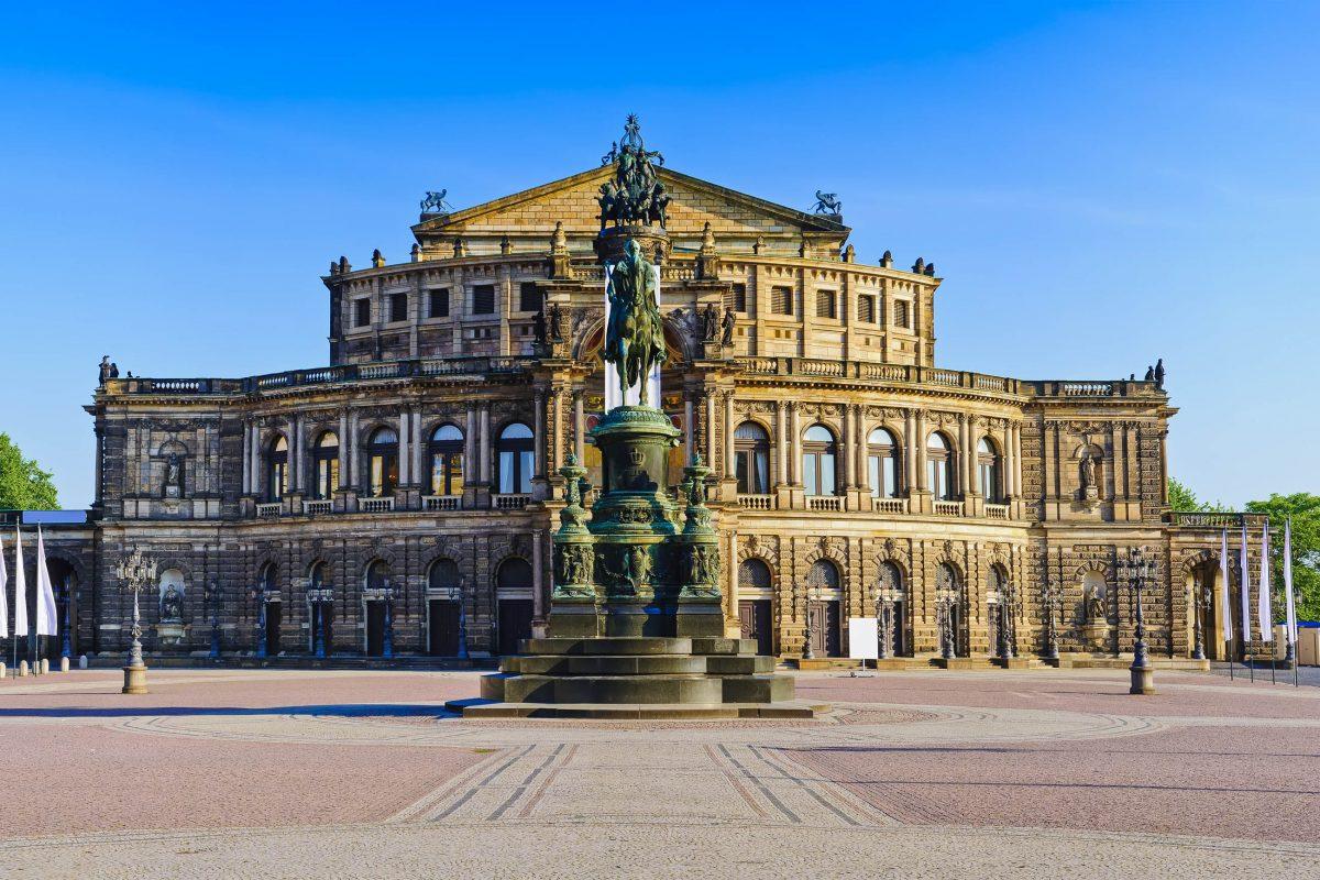 Die Semperoper in Dresden ist die berühmteste Oper Deutschlands und zählt zu den schönsten Opernhäusern der Welt - © draghicich / Fotolia
