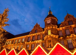Der Weihnachtsmarkt in der Düsseldorfer Altstadt am Marktplatz mit dem prunkvollen Rathaus, Deutschland - © Natalia Bratslavsky / Shutterstock