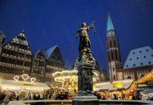 Der Weihnachtsmarkt in Frankfurt in Main findet vor der malerischen Kulisse der historischen Fachwerkhäuser auf dem Römerberg statt, Deutschland - © Volker Rauch / Shutterstock