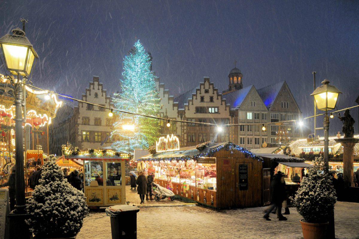 Die Klassiker am Frankfurter Weihnachtsmarkt sind die traditionellen Bethmännchen, kleine mit Mandeln verzierte Kugeln aus Marzipanteig, Deutschland - © Volker Rauch / Shutterstock