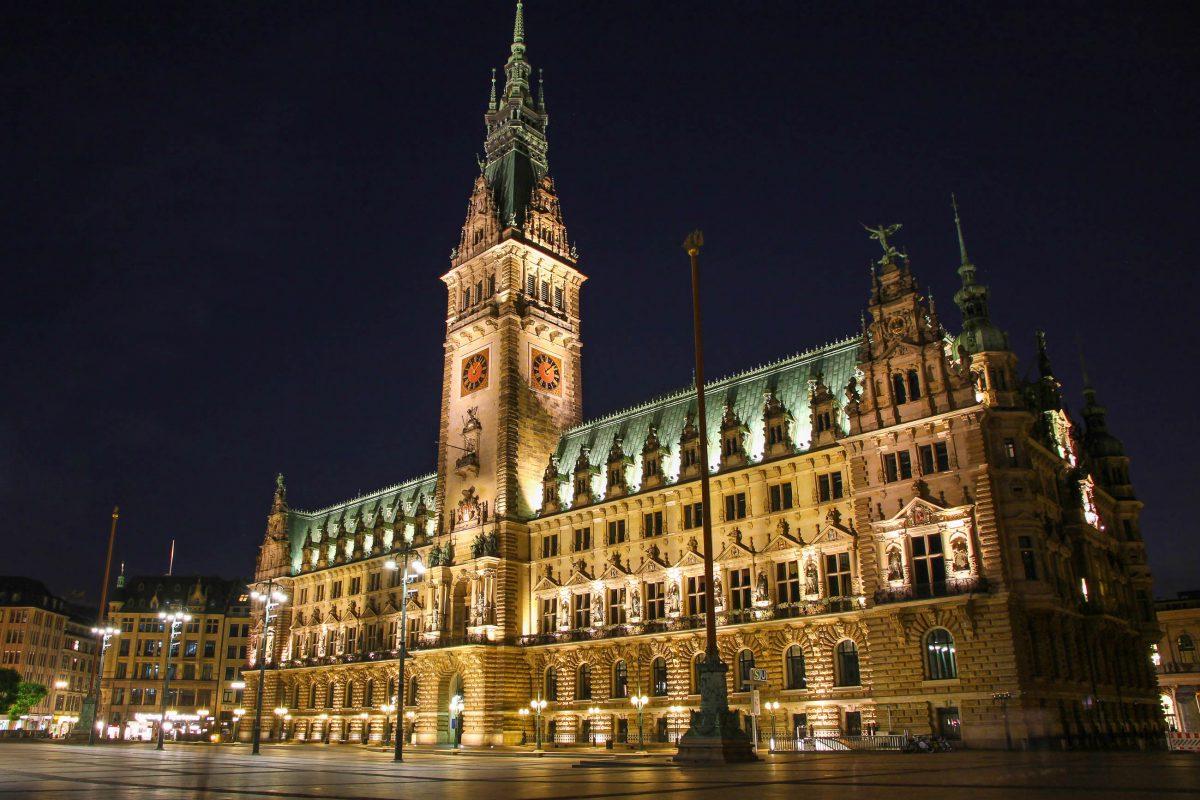 Das Rathaus in Hamburg bei Nacht, Deutschland - © katatonia82 / Shutterstock