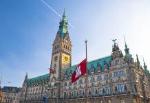 Das Rathaus in Hamburg ist das Wahrzeichen der Stadt. Es wurde in den Jahren 1886-1897 errichtet und dominiert das Zentrum, Deutschland - © cesc_assawin / Shutterstock