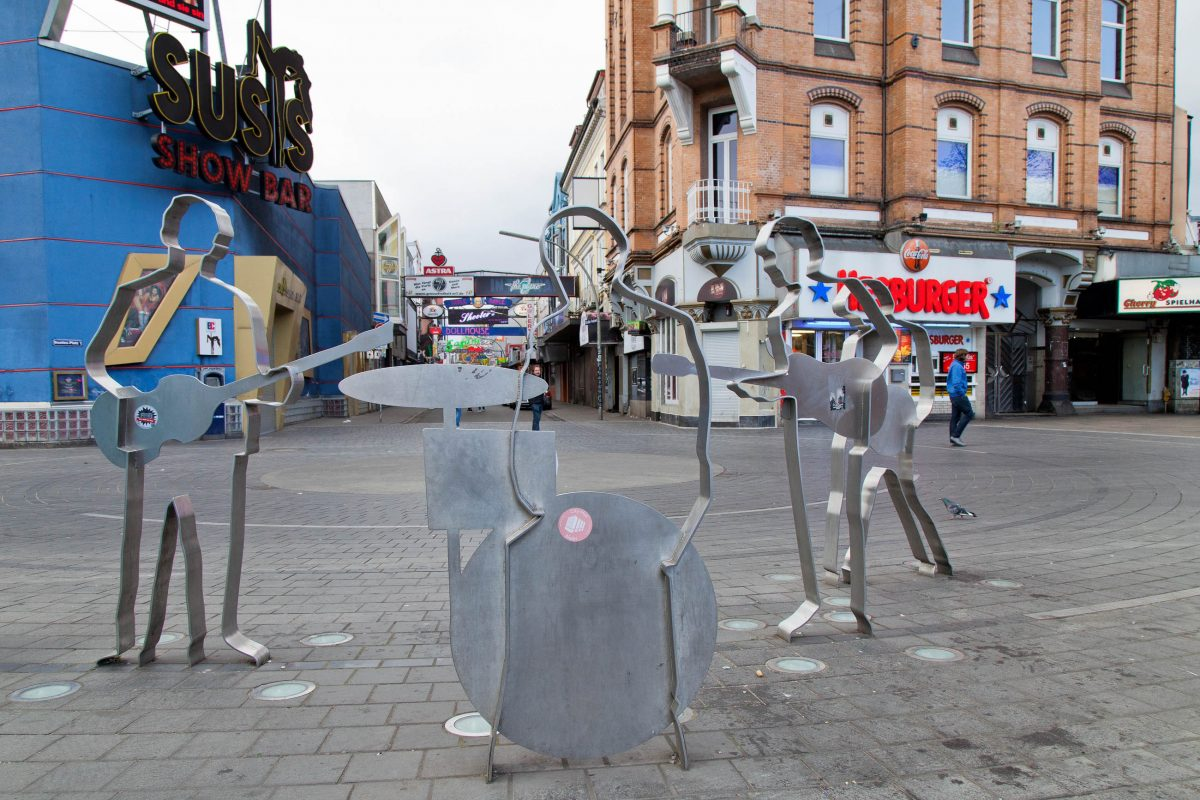 Der Beatles Platz an der Reeperbahn erinnert mit fünf Silhouetten-Skulpturen an die Bedeutung Hamburgs für die Karriere der Beatles, Deutschland - © Aija Lehtonen / Shutterstock