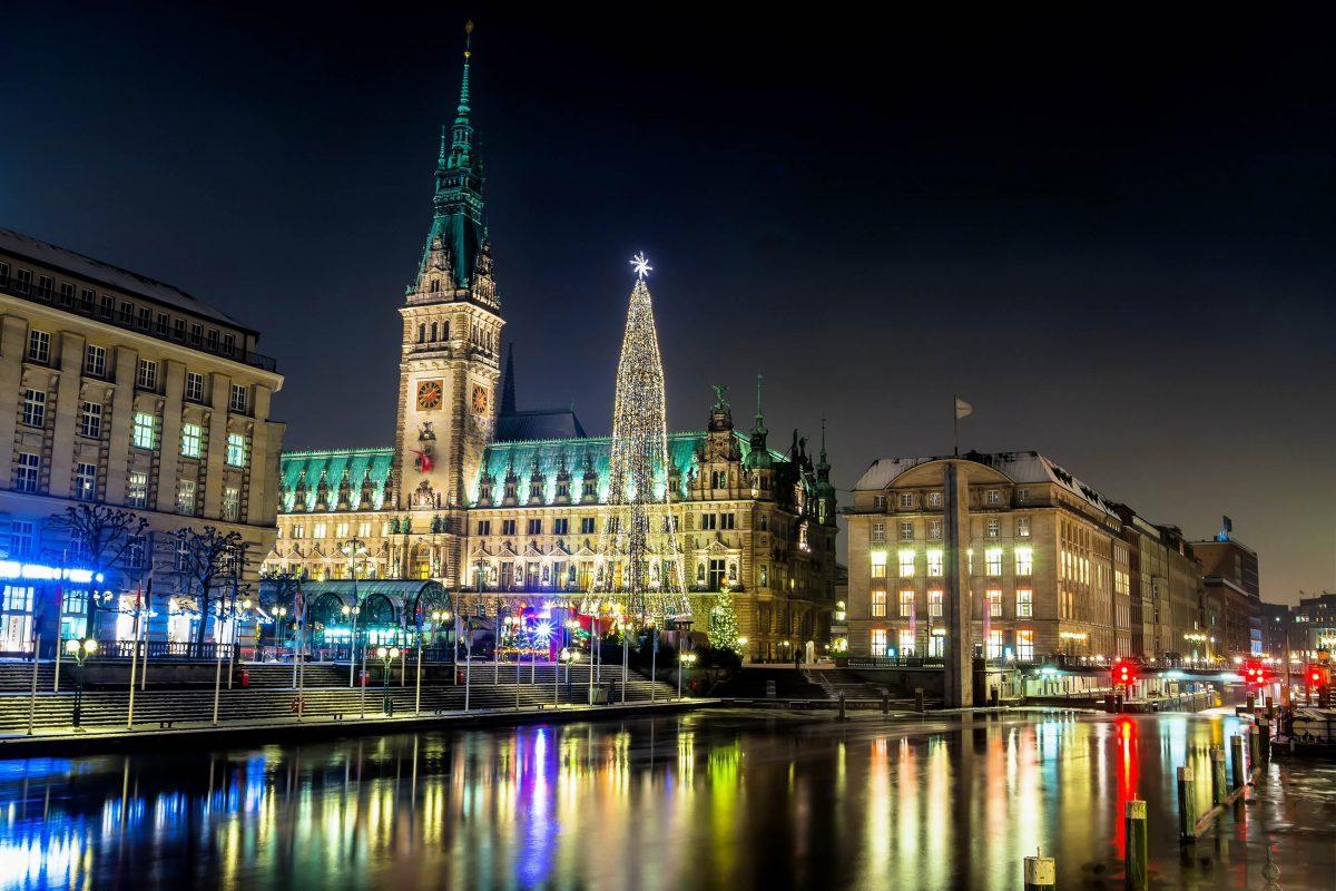 Der Weihnachtsmarkt vor dem spektakulären Hamburger Rathaus hat wohl die eindrucksvollste Weihnachtskulisse Hamburgs zu bieten, Deutschland - © Sergey Kelin / Shutterstock