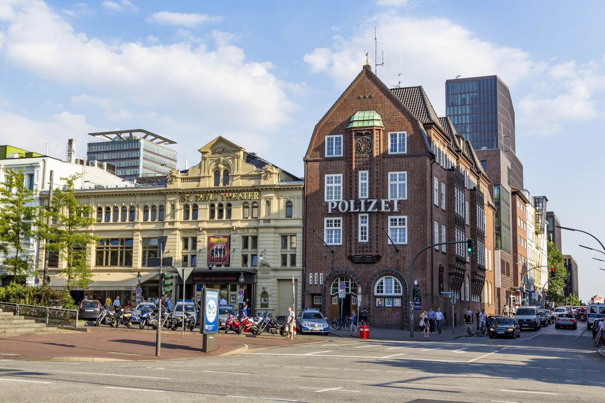 Die Davidwache, das für die Reeperbahn in Hamburg zuständige Polizeikommissariat 15, ist den meisten aus Film und Fernsehen bekannt, Deutschland - © Jorg Hackemann / Shutterstock