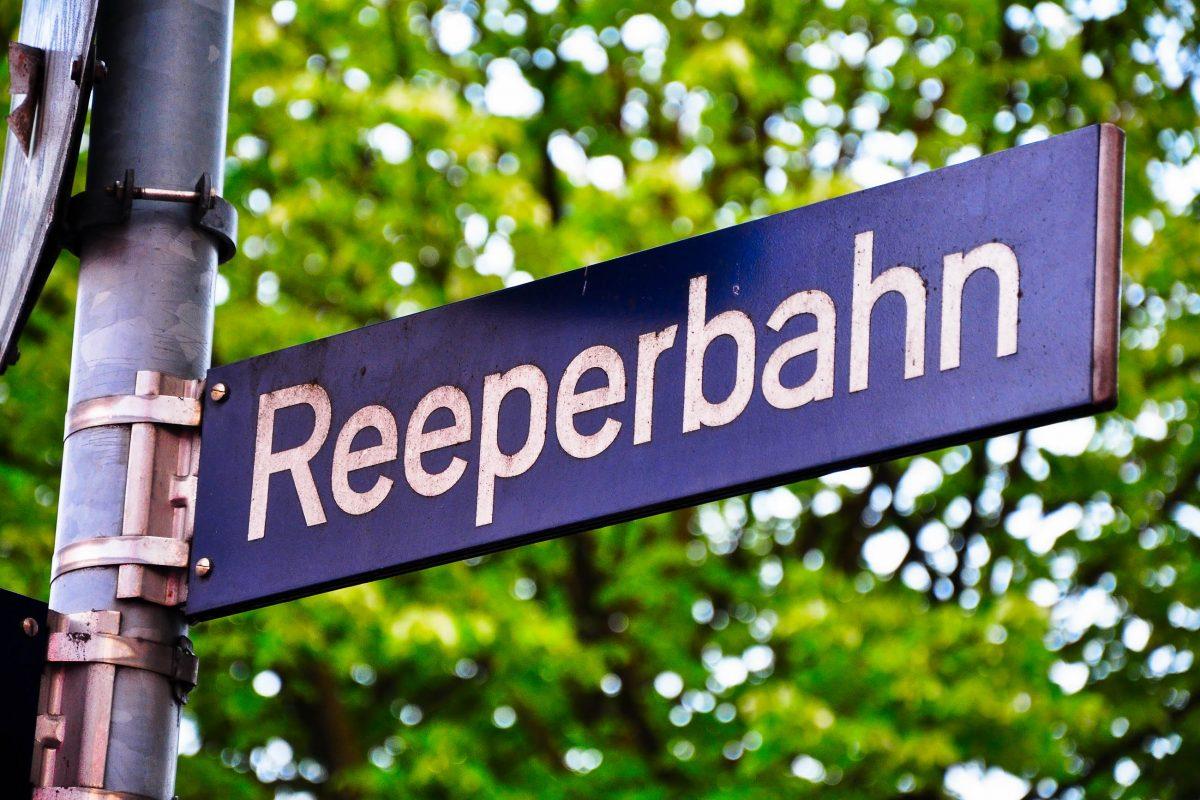 Straßenschild Reeperbahn, Hamburg - © Marco2811 / Fotolia