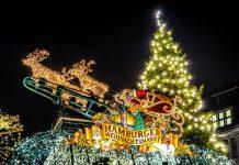 Viele der wunderschönen Weihnachtsmärkte finden vor einigen der spektakulärsten Kulissen statt, die Hamburg zu bieten hat, Deutschland - © Sergey Kelin / Shutterstock