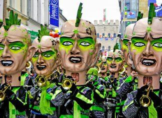 Am spektakulären Rosenmontagsumzug des Kölner Karnevals nehmen an die 120 kostümierte Musikkapellen teil, Deutschland - © Pecold / Shutterstock