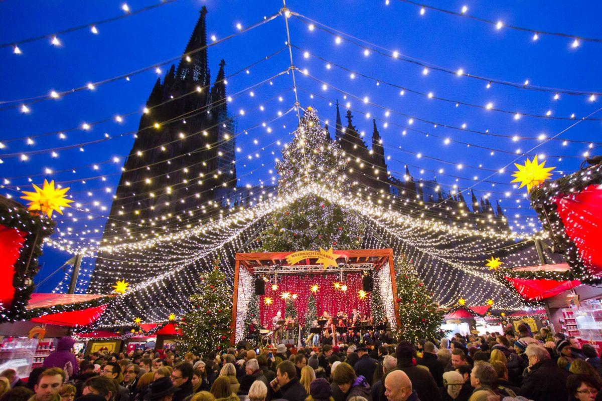 Der Kölner Dom, das imposante Wahrzeichen der Stadt, hat natürlich einen eigenen Adventmarkt, Deutschland - © VanderWolf Images / Shutterstock