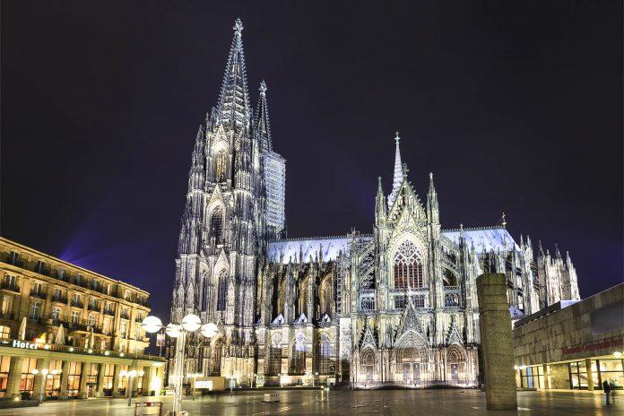 Der Kölner Dom, das Wahrzeichen von Köln bei Nacht, Deutschland - © Nickolay Vinokurov / Shutterstock
