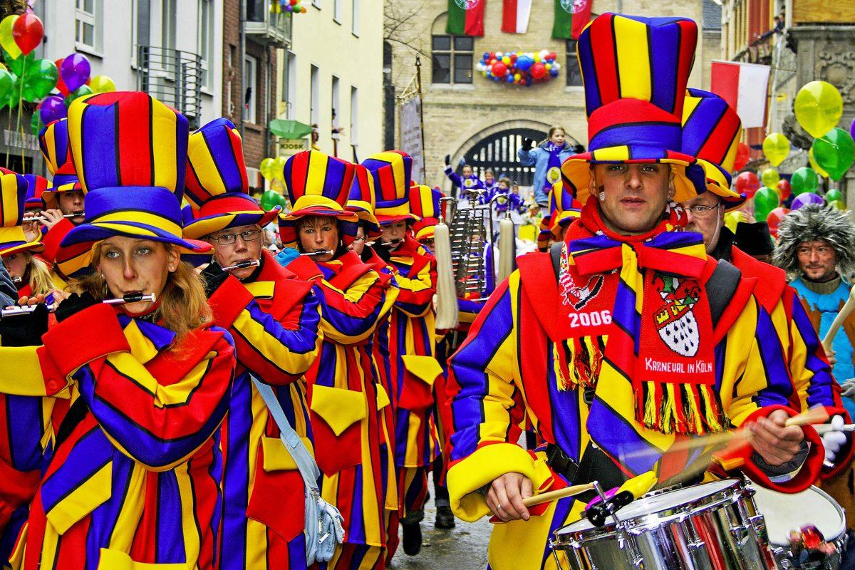 Der Rosenmontagsumzug des Kölner Karnevals ist sieben Kilometer lang und besteht aus 12.000 Teilnehmern, Deutschland - © Pecold / Shutterstock