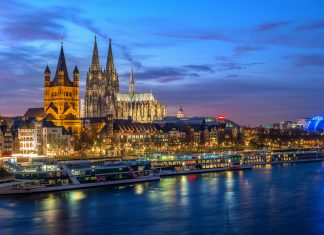 Der unglaubliche 157m hohe Kölner Dom steht ca. 250 Meter vom Rheinufer entfernt und ist schon von weitem sichtbar, Deutschland - © Oleg Proskurin / Shutterstock