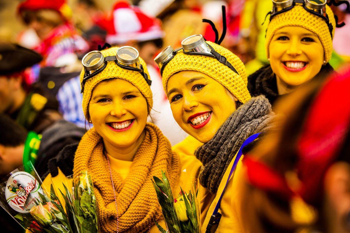 """Drei junge """"Jecken"""" am Kölner Karneval, dem größten Faschingsfest Deutschlands - © Axel Lauer / Shutterstock"""