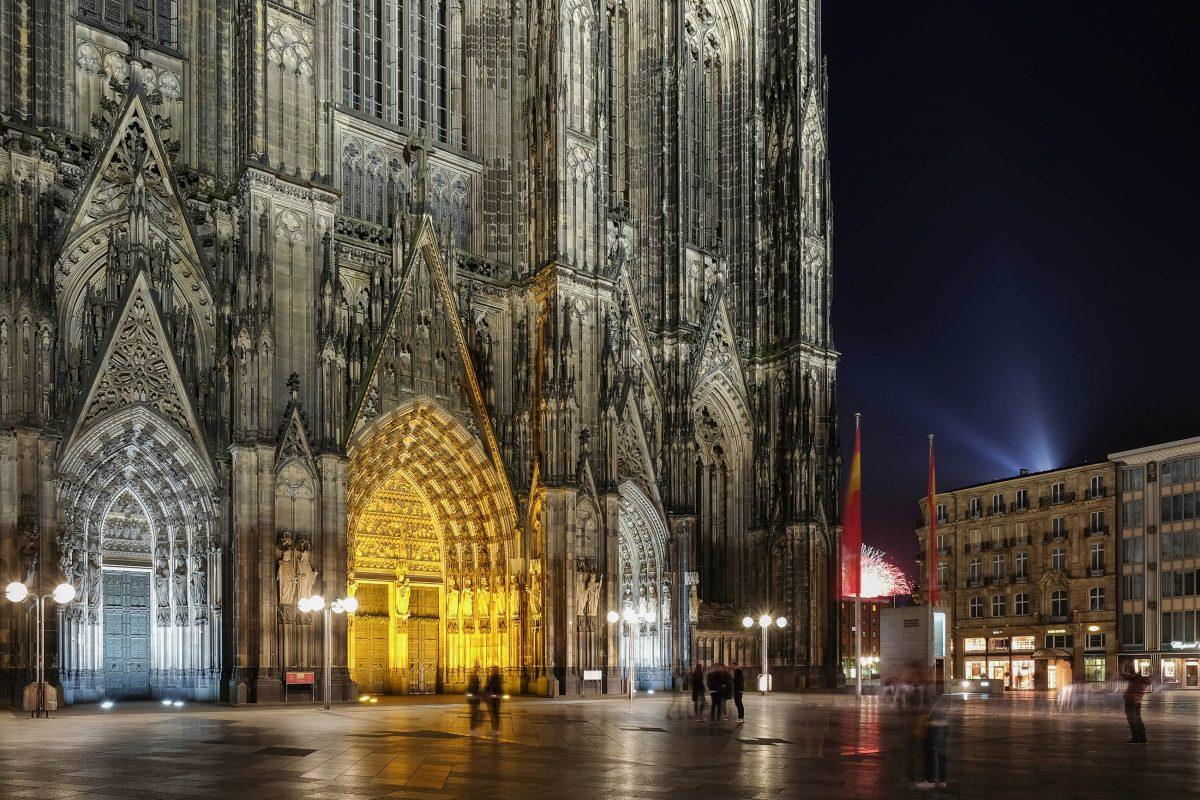 Erst direkt davor, werden die gigantischen Ausmaße des Kölner Doms in all ihrer Pracht sichtbar, Deutschland - © X_C / Shutterstock