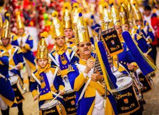 Farbenfrohe Musikkapelle am Rosenmontagsumzug beim Kölner Karneval, Deutschland - © Axel Lauer / Shutterstock