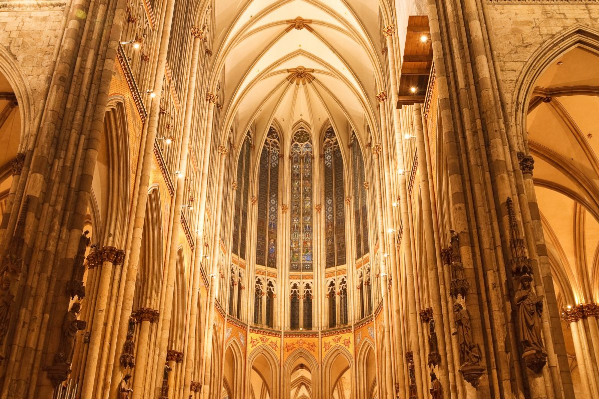 Innenansicht des Kölner Doms, einem Meisterwerk gotischer Architektur und der dritthöchsten Kirche der Welt, Deutschland - © Patrick Poendl / Shutterstock