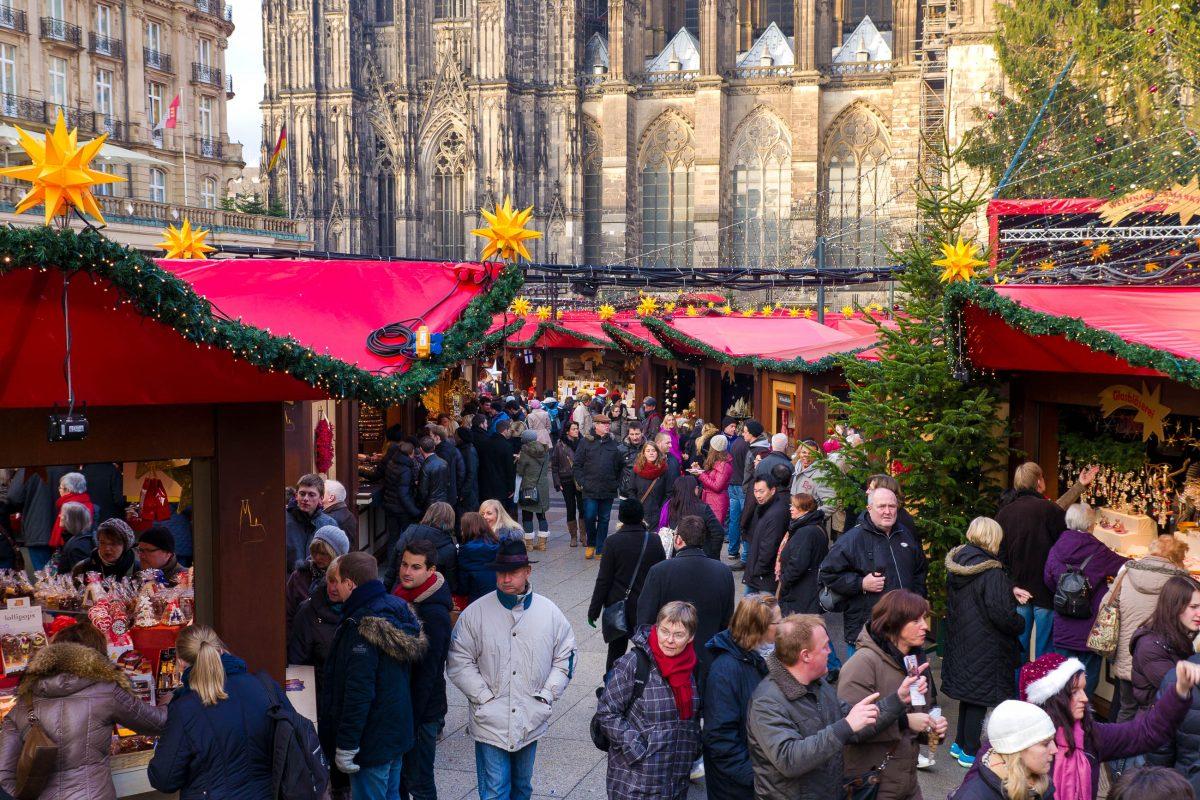 Jedes Jahr lassen sich Millionen Besucher aus dem In- und Ausland von der zauberhaften Atmosphäre der weihnachtlichen Domstadt Köln verzaubern, Deutschland - © hans engbers / Shutterstock