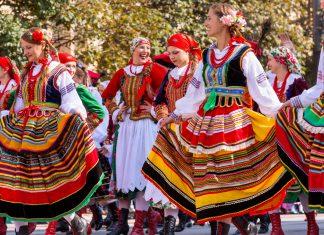 Auch aus dem Ausland reisen viele Gruppen und Teilnehmer zum Trachtenumzug nach München an, Oktoberfest, Deutschland - © Kochneva Tetyana/Shutterstock