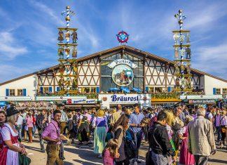 Auch die Bräurosl zählt mit insgesamt über 8.000 Plätzen zu den Riesen-Zelten am Oktoberfest in München, Deutschland - © anandoart / Shutterstock