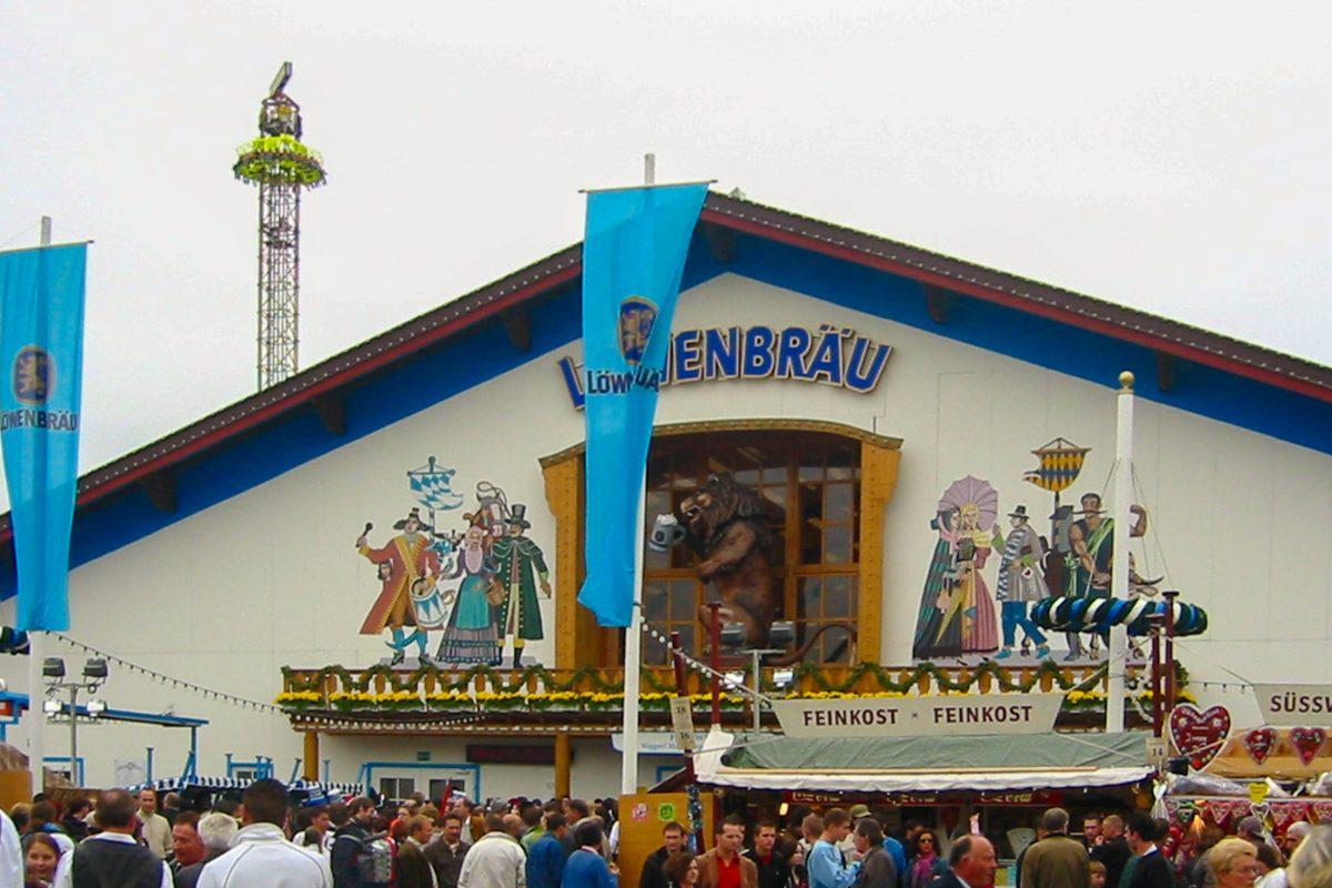 Das Hofbräu-Festzelt ist mit insgesamt über 11.200 Sitzplätzen das gewaltigste Zelt am Oktoberfest in München, Deutschland - © Andreas Steinhoff / Wiki