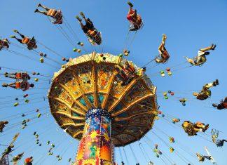 Der Klassiker: das Karussell auf der Wiesn am Münchner Oktoberfest, Deutschland - © filmfoto / Shutterstock