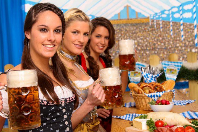 Drei Damen mit einem Maßkrug am Münchner Oktoberfest, Deutschland - © Werner Heiber / Fotolia