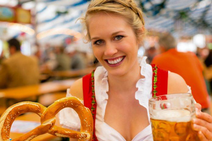 Eine junge Frau in traditionellem Dirndl in einem Bierzelt am Münchner Oktoberfest, Deutschland - © Kzenon / Fotolia