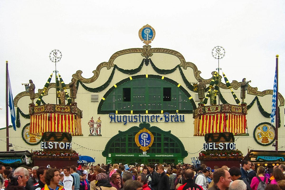Im Festzelt der Augustiner Brauerei, das seit 1898 Teil des Oktoberfestes ist, wird exklusiv am ganzen Oktoberfest noch Bier aus Holzfässern ausgeschenkt, Deutschland - © Andreas Steinhoff / Wiki