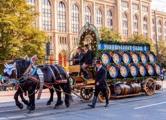 In der heutigen Form gibt es den Einzug der Wiesnwirte beim Münchner Oktoberfest seit 1935, erstmals nahmen alle Brauereien gemeinsam am Umzug teil, Deutschland - © Kochneva Tetyana/Shutterstock