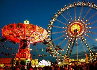 Nächtliche Impression vom Münchner Oktoberfest in Deutschland - © Intrepix / Shutterstock