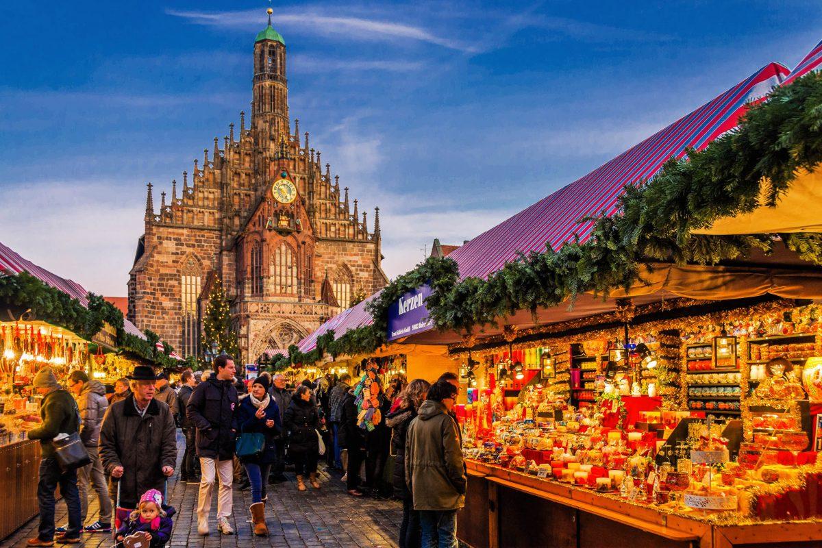 Damit am Christkindlesmarkt in Nürnberg garantiert keine Langeweile aufkommt, bietet der seit 1998 abgehaltene Markt der Partnerstädte internationale Leckereien an, Deutschland - © Perati Komson / Shutterstock