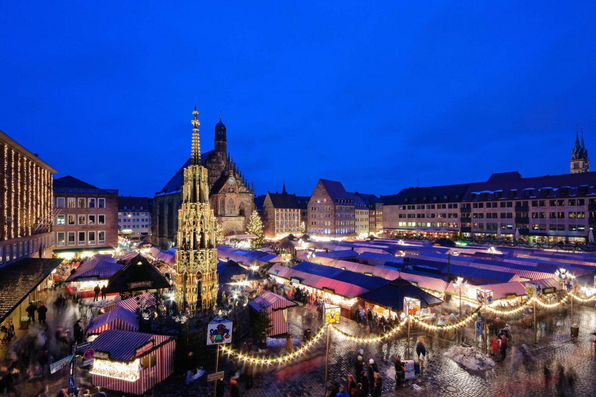Insgesamt 22 Städte, darunter Nizza, Antalya, Cordoba, Glasgow, Krakau, Prag und Venedig nehmen am Markt der Partnerstädte am Nürnberger Christkindlmarkt teil, Deutschland - © Scirocco340 / Shutterstock