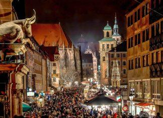 Menschenmassen in der Nürnberger Altstadt am Weg zum Christkindlmarkt, Deutschland - © AMzPhoto / Shutterstock