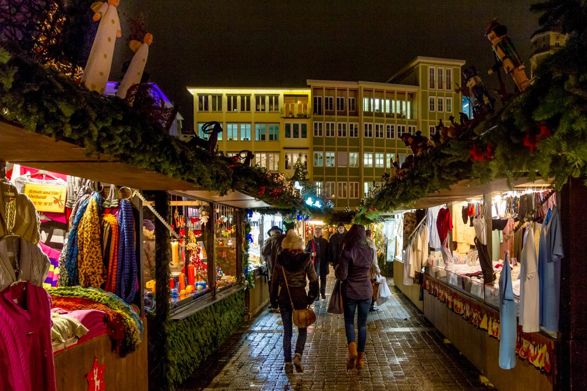 Mit jährlich rund 4 Millionen Besuchern zählt der Weihnachtsmarkt in Stuttgart zu den größten und beliebtesten Adventmärkten Deutschlands - © AMzPhoto / Shutterstock
