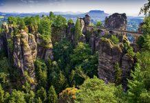 """Zum Felsmassiv """"Bastei"""" in der Sächsischen Schweiz mit seiner atemberaubenden Aussicht gelangt man über die spektakuläre Basteibrücke, Deutschland - © Val Thoermer / Shutterstock"""