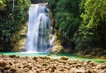 Der atemberaubende Wasserfall El Limon auf der Halbinsel Samaná an der Nordküste der Dominikanischen Republik - © Ramona Heim / Shutterstock